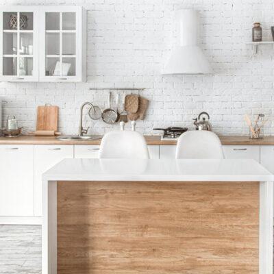 Λευκή με ξύλο σύνθεση κουζίνας