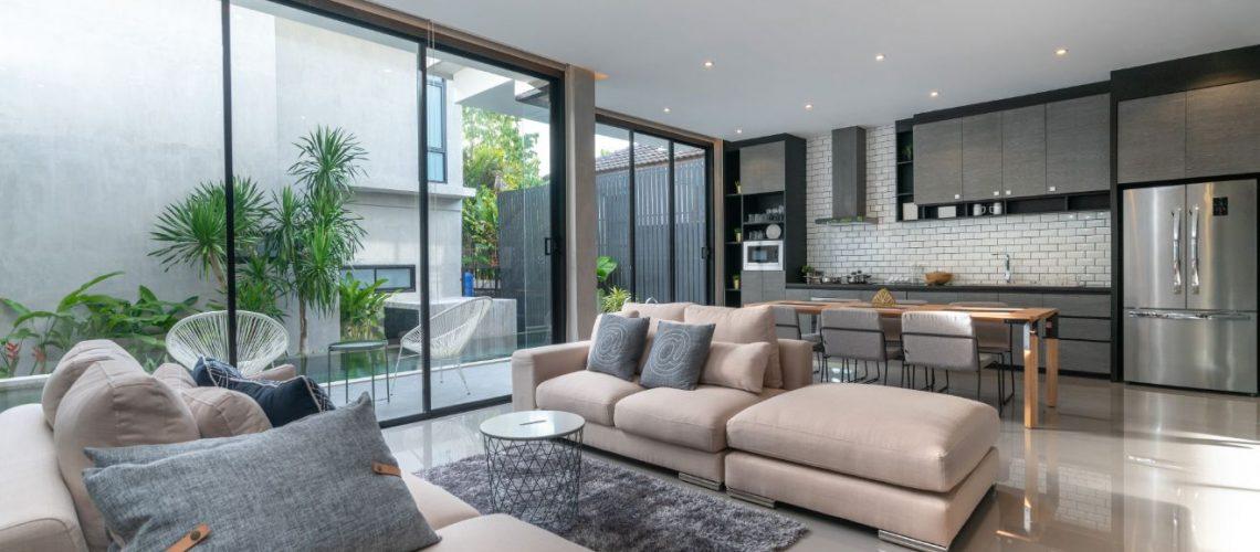 Αναδείξτε το σπίτι σας επενδύοντας στο φωτισμό και στα σωστά κουφώματα